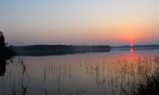 kuva Misia Rytkönen. Auringonlasku järvellä.