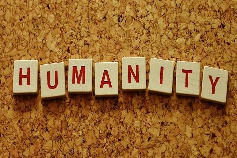 """Ilmoitustaululle on kirjoitettu irtokirjaimin teksti """"HUMANITY""""."""