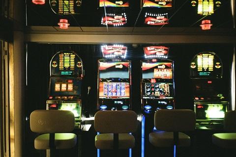 Rahapelikoneita vierekkäin pelisalissa.