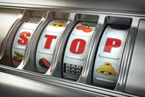 "Hedelmäpelikone, jossa muodostuu kirjaimista sana ""STOP""."