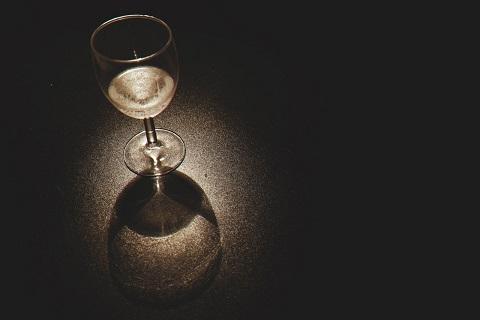 Viinilasi pimeässä valaistuksessa.
