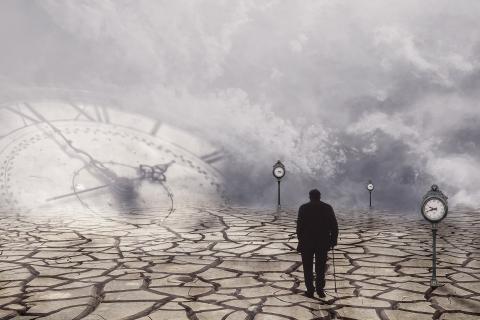 Vanhus kävelee murentuneella maalla. Pilvien keskellä siintää kellotaulu ja katulamppuina on kelloja.